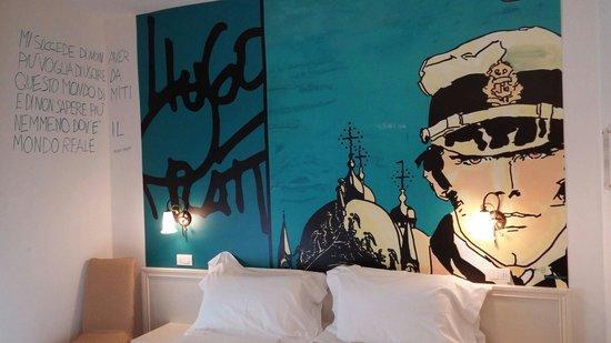 Hotel Sovrana: Parete dietro al letto