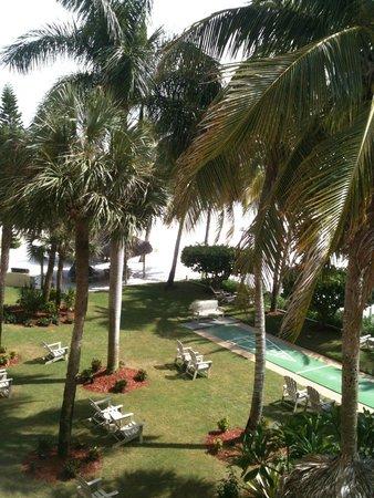 Best Western Plus Beach Resort : Shady garden