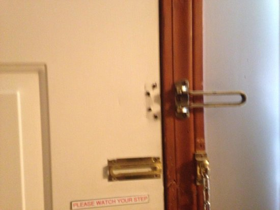 Knights Inn Boston/Danvers: Missing latch in our room....
