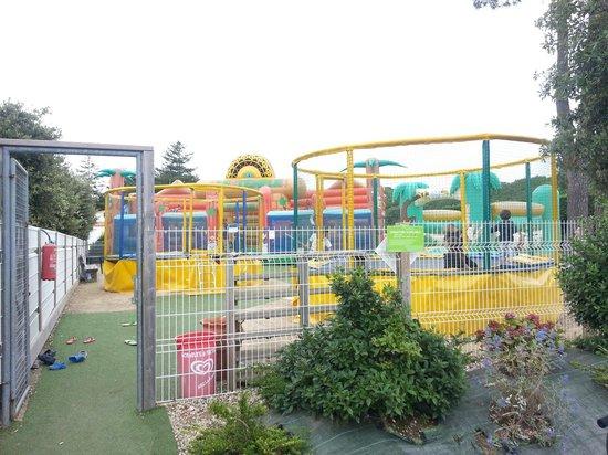 Camping Club Les Brunelles : Jeux gonflables pour les enfants.