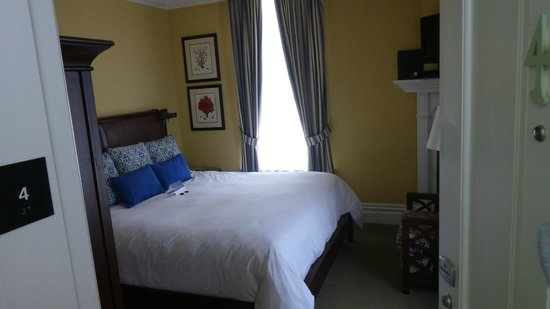 West Cliff Inn, a Four Sisters Inn: King sized bed (standard room, 2nd floor)