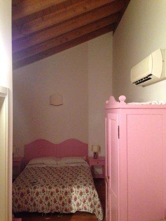 Di La Dal Fiume: Agriturismo - stanza matrimoniale arredata con amore, mantenuta con cura.