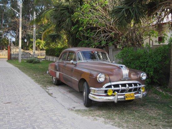 Museo Municipal Varadero : Une vieille voiture dans la rue du musée