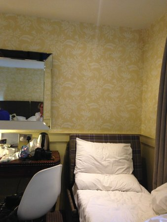 Brooks Hotel Edinburgh: photo of the single bed
