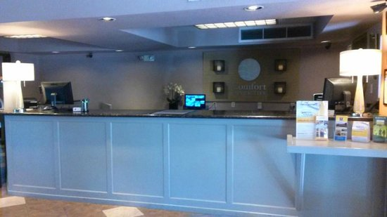 Comfort Inn and Suites Rancho Cordova : Front Desk