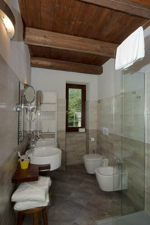interno bagno camera lepre - Picture of Hotel Il Falco E la Volpe ...