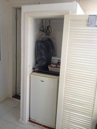 Pousada Baia Bonita: Guarda-roupa do QUARTO DE CASAL, metade é ocupado pelo frigobar.