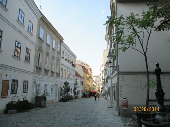 K+K Hotel Maria Theresia: Small streets surrounding the hotel