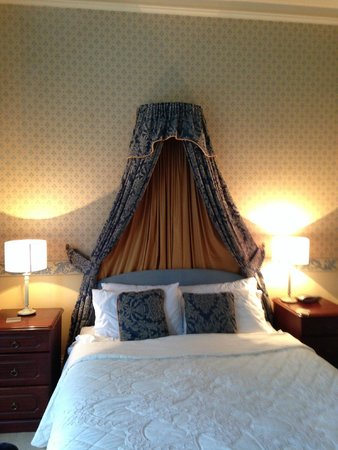 Rosehall Guest House: Cute Bed