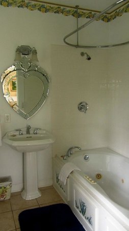 Pinebrook Manor B&B Inn : bathroom with the Jacuzzi tub