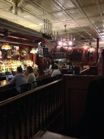 The Irish Lion Restaurant & Pub: Shot from the first booth looking back. Tin roof and all!
