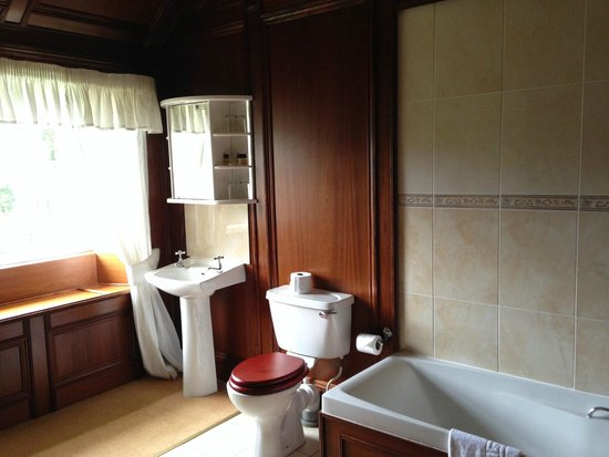 Castle Hotel Huntly: Luxurious bathroom
