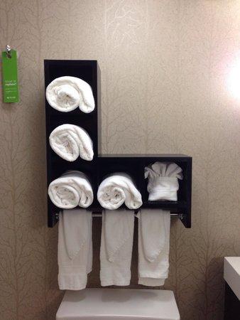Hampton Inn Anderson: Bathroom towel line-up