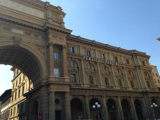 Hotel Pendini : LA NOSTRA CAMERA DALLA PIAZZA - TERZO PIANO VICINO ALL'ARCO