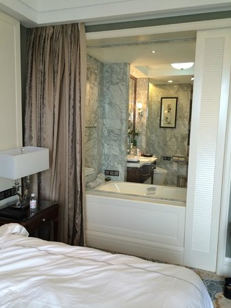 Seaview Garden Hotel: bathroom and bedroom spaces connect