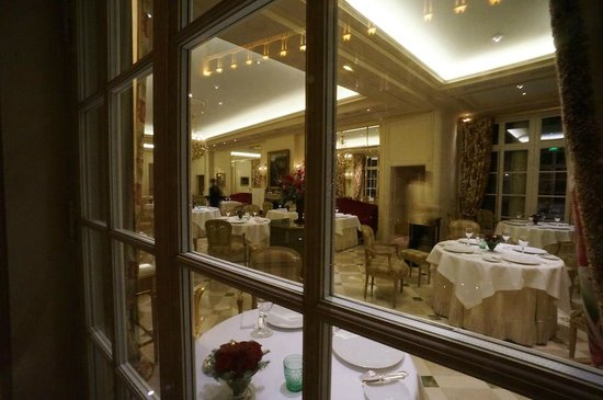 Le Bristol Paris: L' Epicure Preparing for Evening Dinner In a Beautiful Room