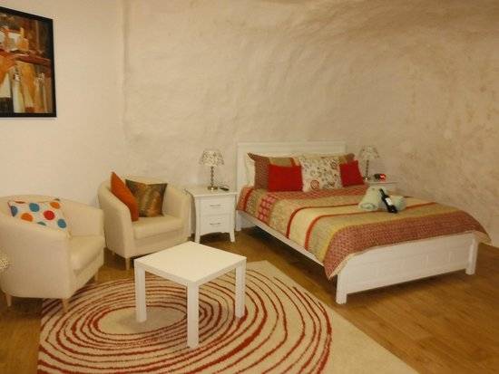 Underground Bed & Breakfast: Pretty room 4