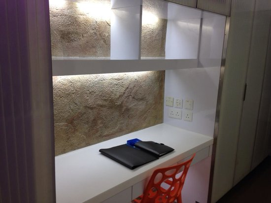 V Wanchai Hotel: desk