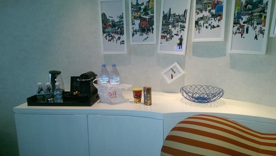 Naumi Hotel : coffee machine and nice mini bar