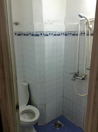 Backpacking Club Hostel: bathroom of twin room