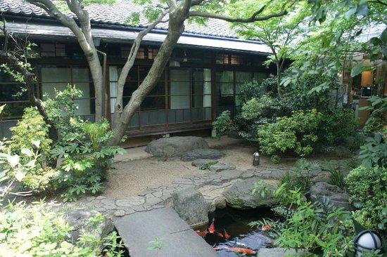Suigetsu Hotel Ohgaisou: Hotel courtyard