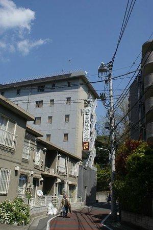 Suigetsu Hotel Ohgaisou: Hotel view from Nezu street