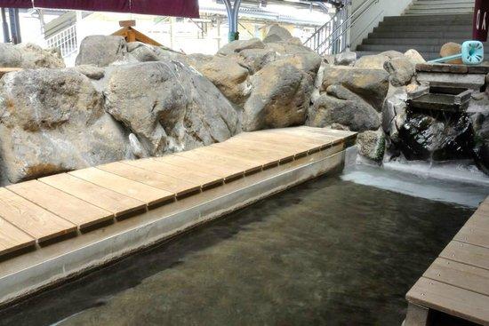 Kamisuwa Onsen: 足湯。入口と出口は別々で、一方通行です。
