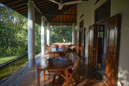 Apa Villa Illuketia: Long verandah for meals.
