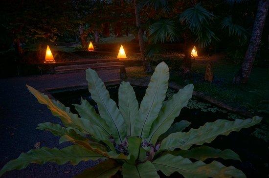 Apa Villa Illuketia: Lamps to light your way in the garden.