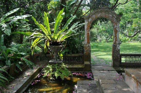Apa Villa Illuketia: Original archway of the plantation house.