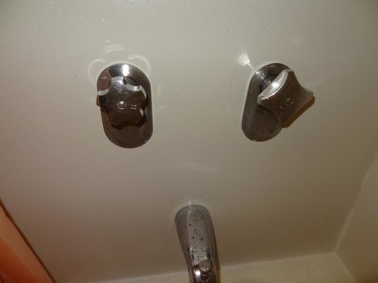 La Quinta Inn San Diego - Miramar: Tub knobs which don't match and pitted faucet