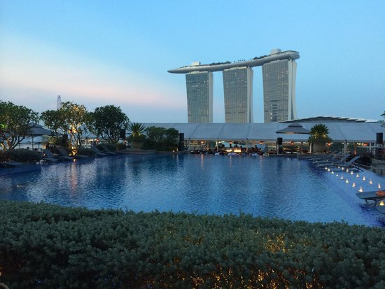 The Fullerton Bay Hotel Singapore: Great rooftop pool although not as high as the Sands or the Westin. Lovely setting.