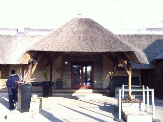 Sabi Sabi Earth Lodge : ヨハネスブルクのプライベート飛行場。可愛いデザインです\(//∇//)\