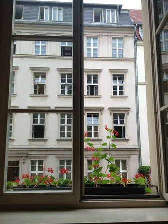 Hotel Albrechtshof: I loved the flower boxes!