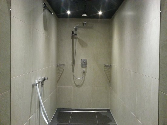 Hilton Duesseldorf: New shower area. I preferred the old one.