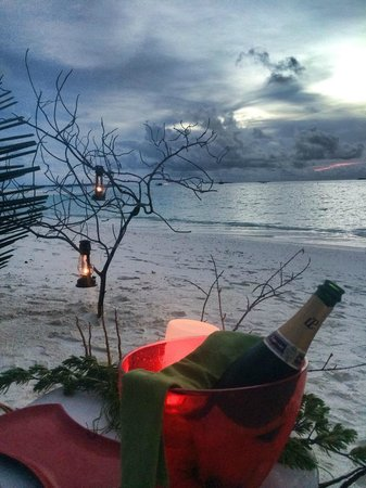 Niyama Private Islands Maldives: Champagne on the beach