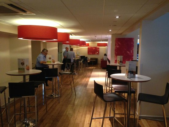 Travelodge London Covent Garden: Part Of The Bright Dining Area