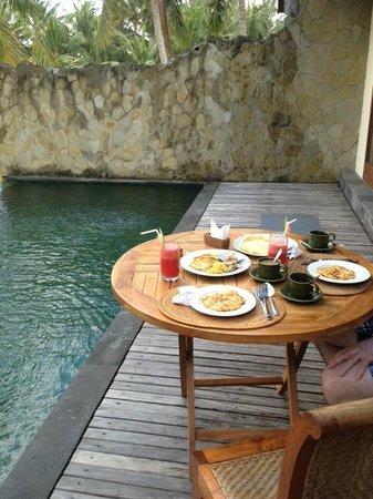 Motama Villa: Breakfast serve to villa