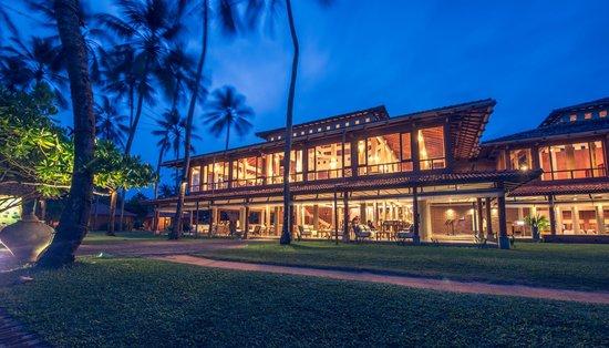 Ranweli Holiday Village: Night View of Ranweli Lobby & Restaurant
