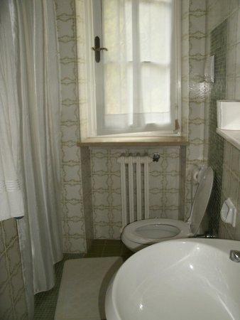 Hotel Degli Olivi: Kleines Bad, aber ausreichend