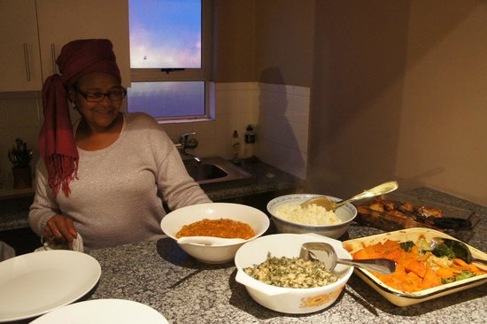 Khayelitsha, Afrique du Sud : Lydia alongside the meal she prepared for us.