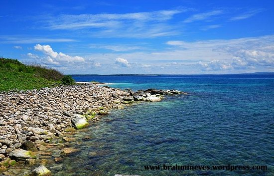 Dasol, Philippinen: One side of the island has a rocky shoreline.