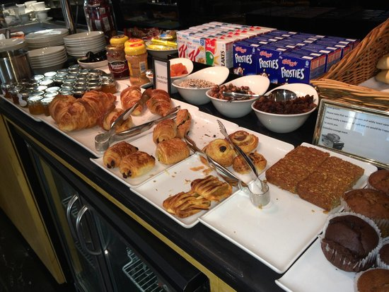 Crawley, UK: Executive lounge breakfast buffet
