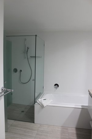 Mandalay & Shalimar Luxury Beachfront Apartments: en suite bathroom