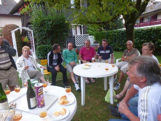 A L'Ombre Des Marronniers: apéro du soir dans le jardin