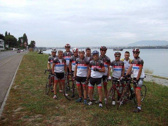 A L'Ombre Des Marronniers: groupe des cyclistes
