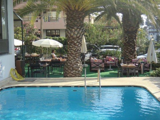 Nerium Hotel: завтраки у бассейна