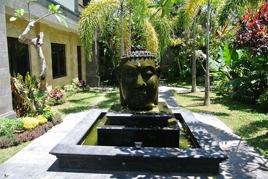 Alas Petulu Cottages: Buddha head fountain greeting guests after the reception