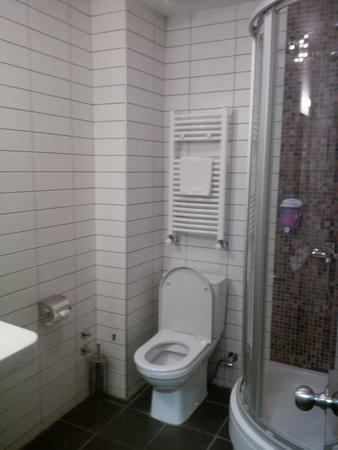 Betsy's Hotel: Good quality bathroom