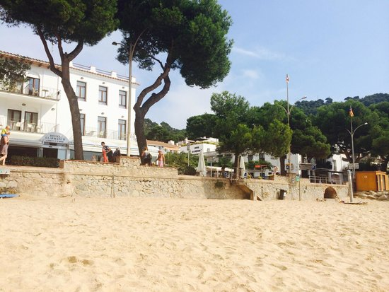 Hotel Llafranch: View of the hotel from the beach